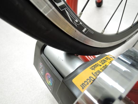 ミノウラの固定ローラー台のローラーとタイヤの接触部分の拡大写真