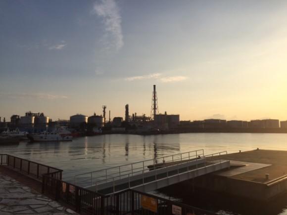 朝焼けの空を旧四日市港から。