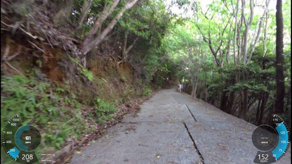 後半路面のコンクリートに隙間があり、進行方向に沿って溝が走っています。