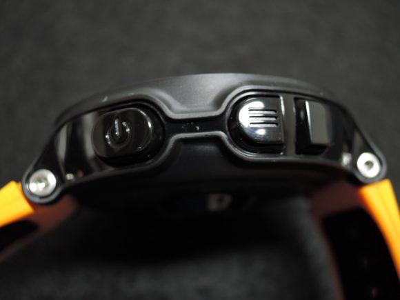 「Garmin ForeAthlete235J」の購入直後の本体(左側面の電源ボタン等)
