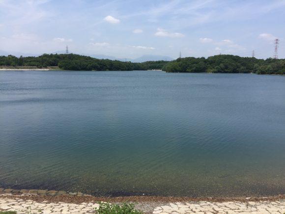 四日市市にある伊坂ダムの畔から鈴鹿山脈方面の写真