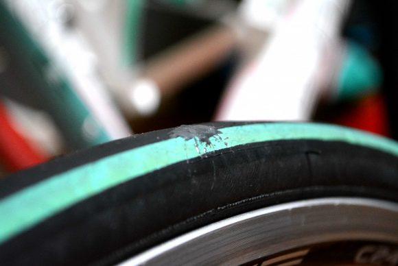 接着剤でロードバイクのタイヤを補修