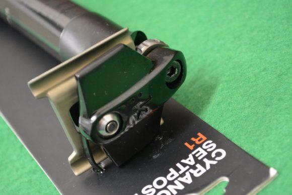 「Fizik Cyrano R1」カーボンシートポストのやぐら部分の写真