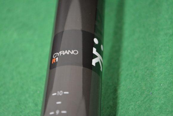 「Fizik Cyrano R1」カーボンシートポストのロゴ部分