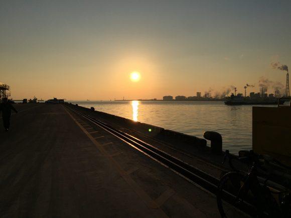 四日市港の朝日