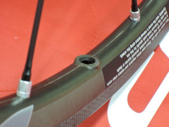 フルクラム・レーシングゼロ・カーボンのバルブ穴付近の写真