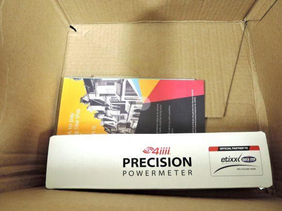 ProBikeKitで購入した「4iiiiパワーメーター(アルテグラ6800 172.5mm)」の段ボールを開封した様子