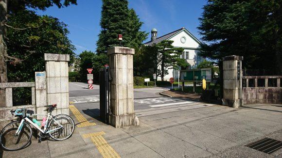 滋賀大学彦根キャンパスの講堂を校門から望む