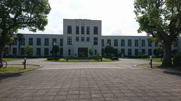 正面から見た豊郷小学校旧校舎群