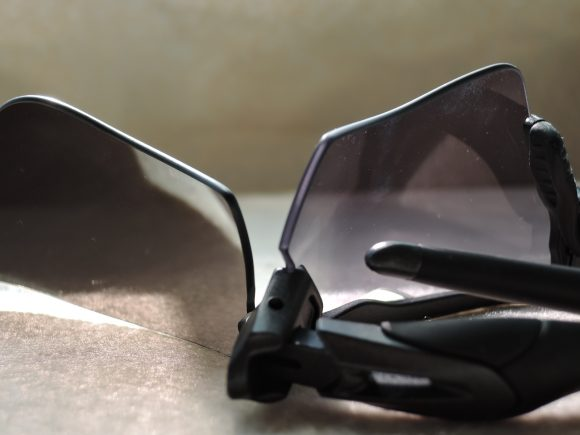 プリズムブラックと調光レンズの比較