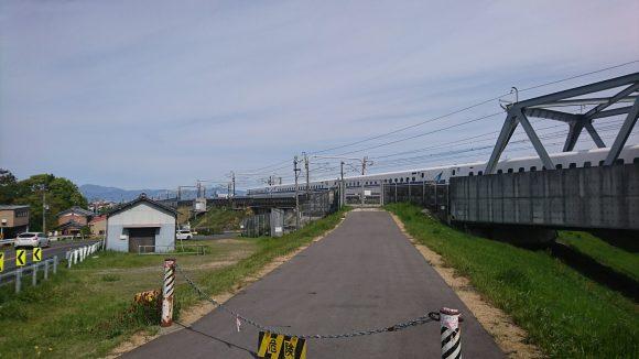 長良川を渡る新幹線